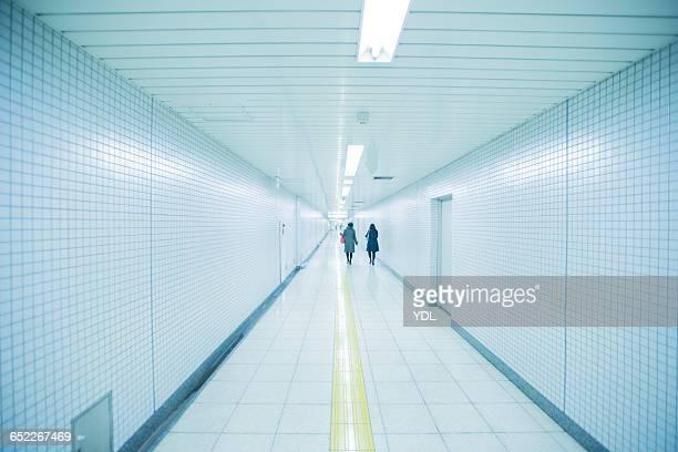 long straight corridor. - 地下鉄駅 ストックフォトと画像