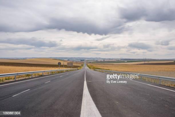 long straight road - 境界線 ストックフォトと画像