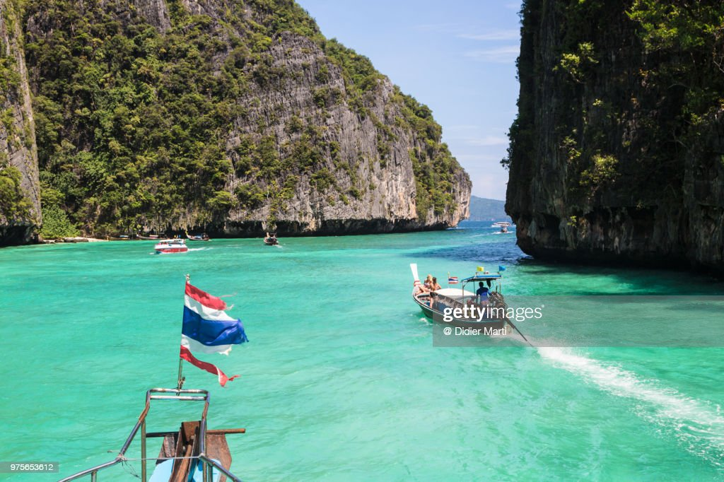 Long tail boat around the stunning Ko Phi Phi island in Krabi province in south Thailand : ストックフォト