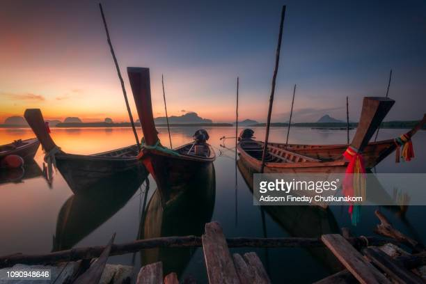 long tail boat at sunrise.phang nga, thailand. - asiatisches langboot stock-fotos und bilder