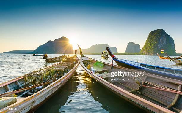 Barca lunga coda sulla spiaggia, si trova nella bellissima