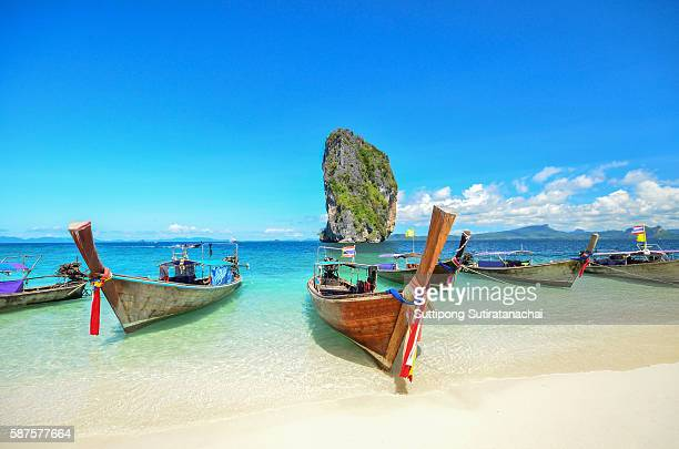 long tailed boat ruea hang yao park at sea in phuket thailand - phi phi islands stock-fotos und bilder