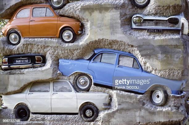 Long Term Parking' sculpture monumentale d'Arman composée d'une accumulation de 59 voitures superposées coulées dans le béton en novembre 1982 à...