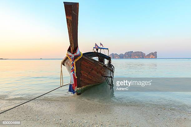 longtail boat on beautiful beach of south thailand - phi phi islands stock-fotos und bilder