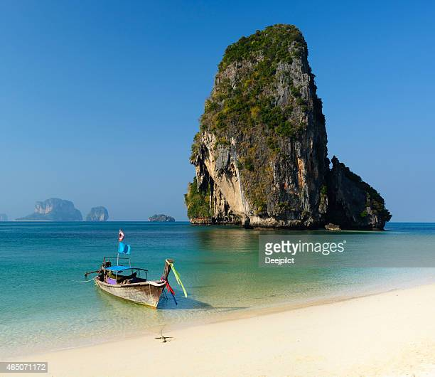 asiatisches langboot am railay strand in thailand - railay strand stock-fotos und bilder