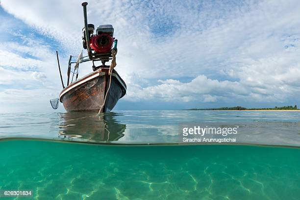 a longtail boat over water in a beautiful day - mezzanine photos et images de collection