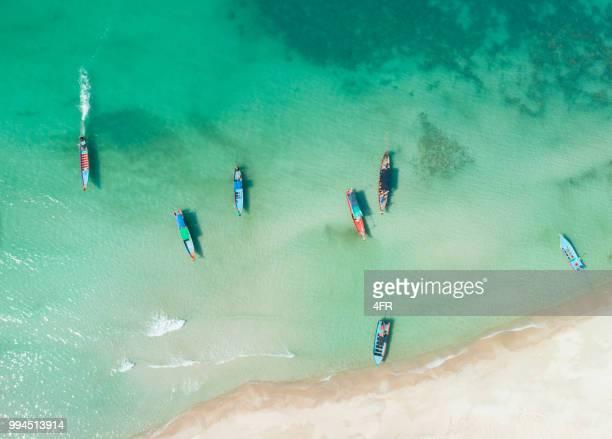 longtail boote, bottle beach, koh phangan, antenne, suchen gerade nach unten, full-frame - asiatisches langboot stock-fotos und bilder