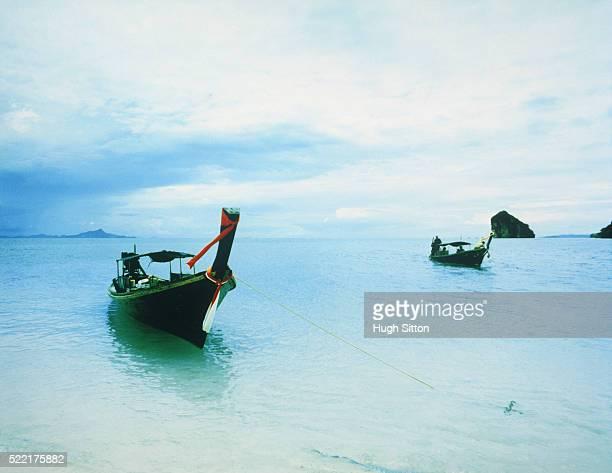 longtail boats on sea, thailand, krabi - hugh sitton fotografías e imágenes de stock