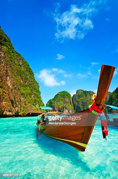 Longtail Boat de madera en Maya Bay, Tailandia