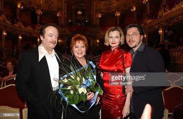 Loni von Friedl Lebensgefährte Jürgen Schmidt restl Namen folgen Verleihung Bayrischer Filmpreis 2002 München CuvilliŽs Theater Parkett Blumenstrauß...