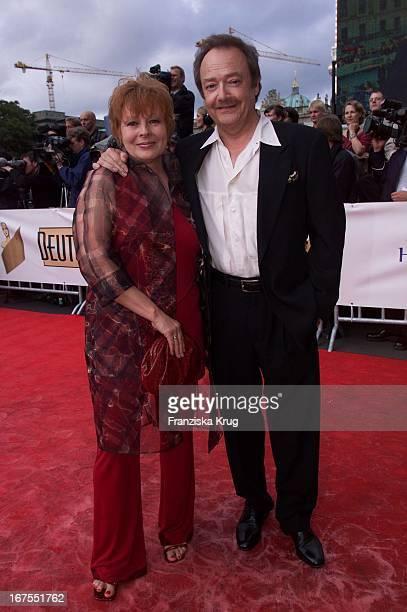 Loni Von Friedl Mit Ehemann Jürgen Schmidt Bei Der Ankunft Zur Verleihung Des Deutschen Filmpreis In Berlin Am 220601
