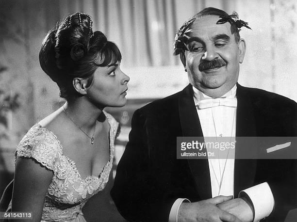 """Loni von Friedl*-Schauspielerin, Österreichmit Fritz Eckardt in dem Musikalischen Spiel """"Ihr erster Ball"""" von Ilste von Gasteiger und Ernst A...."""