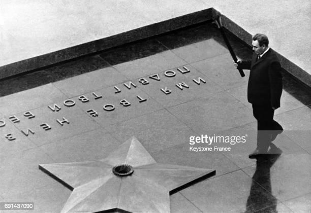 Léonid Brejnev photographié tenant une torche à la main afin d'allumer la flamme de la tombe du Soldat inconnu à Moscou, URSS en mai 1967.