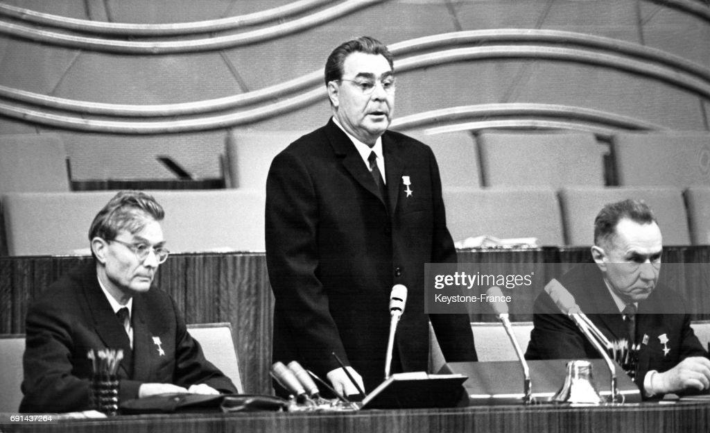 ¤ V1970 ¤ Topic Officiel Lonid-brejnev-prononant-le-discours-inaugural-gauche-m-souslov-et-a-picture-id691437264