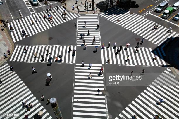 Schauen Sie sich den Zebrastreifen der verschlüsselten Kreuzung von oben