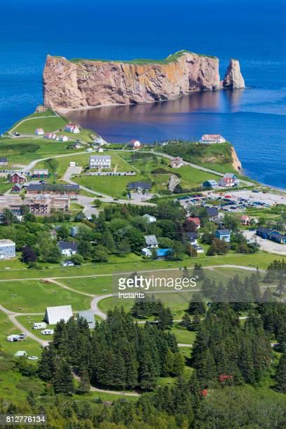 Una mirada a la pequeña ciudad de Percé y su famoso Rocher Percé (Perce Rock), parte de la península de Gaspé en Quebec.