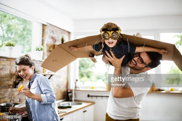 look daddy, i'm an airplane! - genitori foto e immagini stock