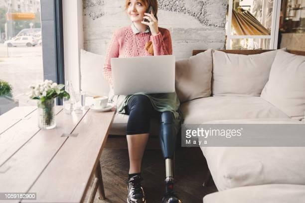suchen sie nach etwas positives in jeden tag - amputee woman stock-fotos und bilder