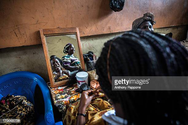 Look in the mirror of a woman at the hairdresser in the open market of kumasi