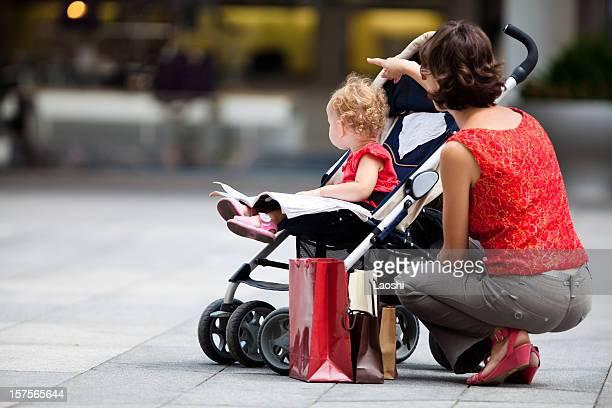 look! - carrinho de bebê veículo movido por pessoas - fotografias e filmes do acervo