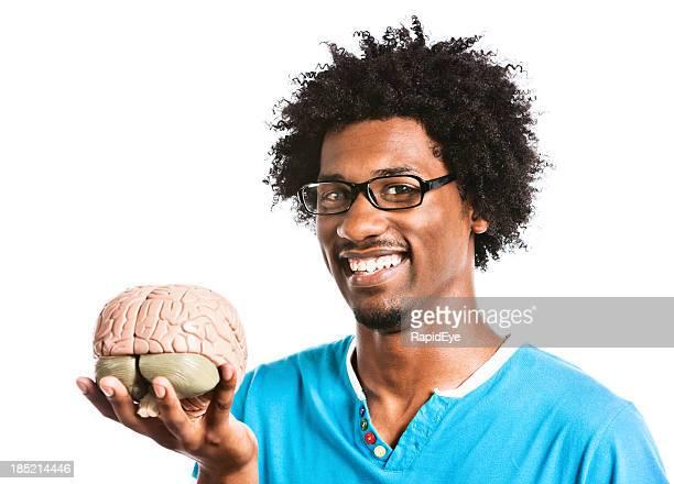 Regarde ce que j'ai! Savant fou souriant avec modèle du cerveau