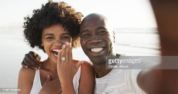 guarda chi è fidanzato! - fidanzata foto e immagini stock