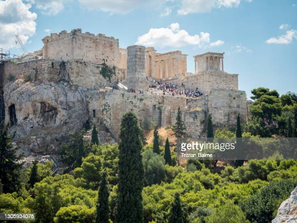looking across the athena athens cityscape in greece at the acropolis at sunset - piraeus stock pictures, royalty-free photos & images