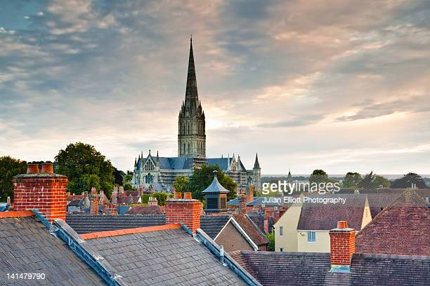 looking across the rooftops to salisbury cathedral - サリスベリー ストックフォトと画像