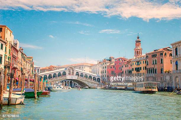 looking along the grand canal in venice back to the rialto bridge in venice - gran canal venecia fotografías e imágenes de stock