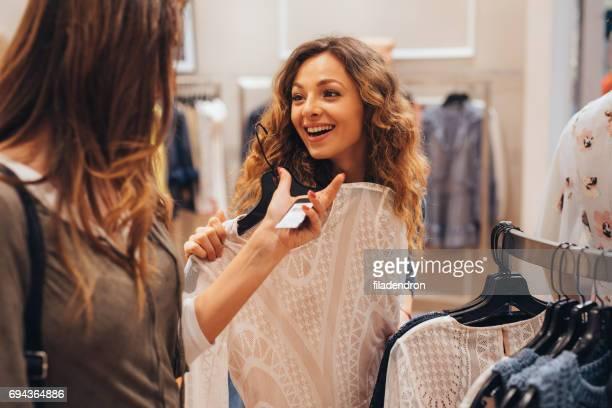 Blick auf ein Preisschild in einem Bekleidungsgeschäft