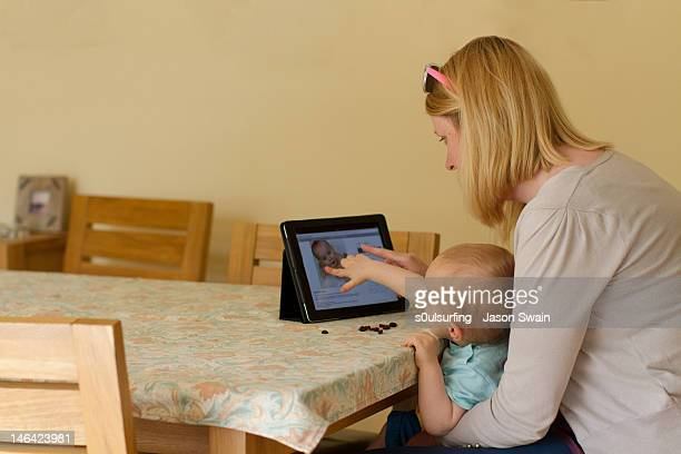 looking at family album - s0ulsurfing stockfoto's en -beelden