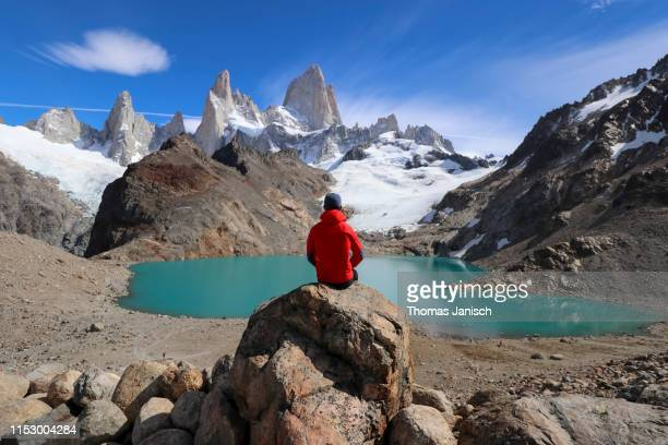 looking at laguna de los tres with mount fitz roy in the back, patagonia, argentina - três pessoas stock pictures, royalty-free photos & images
