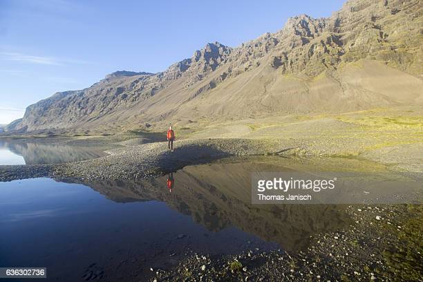 looking at lake reflection at breidamerkurjokull glacier, an outlet glacier of the larger glacier of vatnajokull - mirror lake stock pictures, royalty-free photos & images