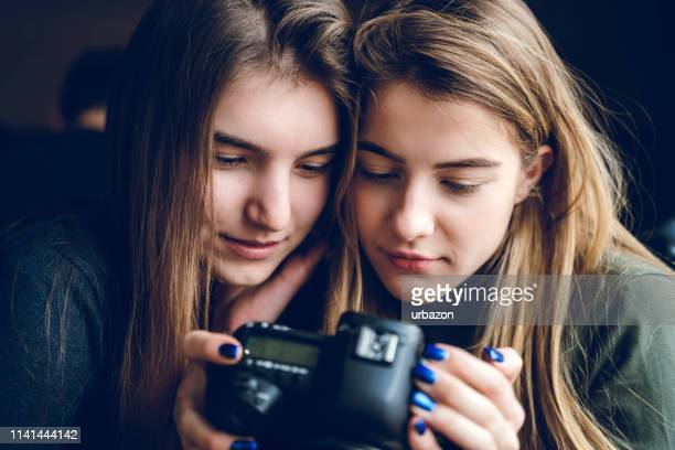 olhando fotografias junto - camera girls - fotografias e filmes do acervo
