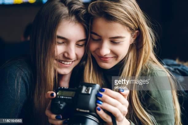 olhando as fotografias junto - camera girls - fotografias e filmes do acervo