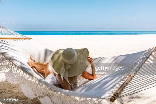 ハンモックから海の景色を眺めよう! - 南アジア ストックフォトと画像