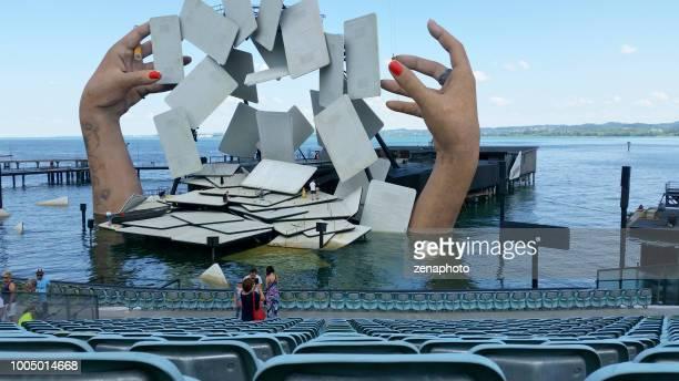 kijkend naar het drijvende podium van carmen, de opera - bregenz stockfoto's en -beelden