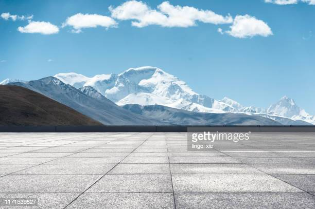 looking at the mountain scenery of the qinghai-tibet plateau in china from the viewing platform - railroad station platform stock pictures, royalty-free photos & images