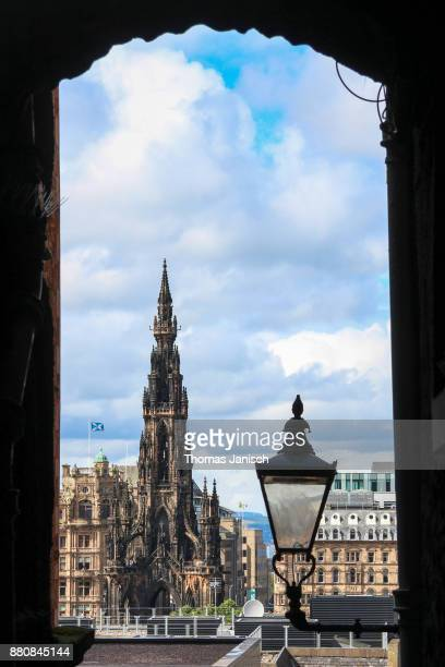 looking at the scott monument through a narrow alley, edinburgh, scotland - プリンシズ通り ストックフォトと画像