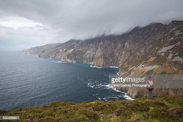 looking at the sliabh liag cliffs, donegal - david cliff stock pictures, royalty-free photos & images