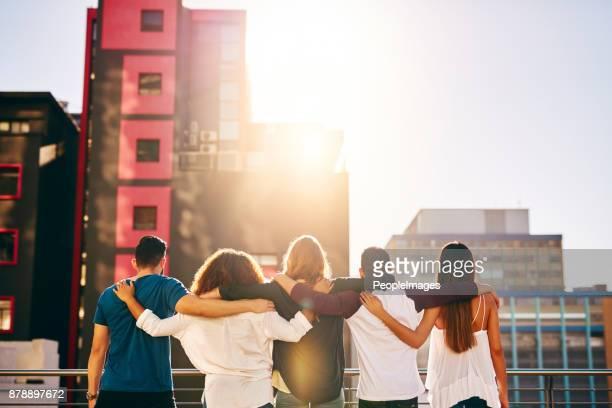 en regardant la vue avec les meilleures personnes - passer le bras autour photos et images de collection