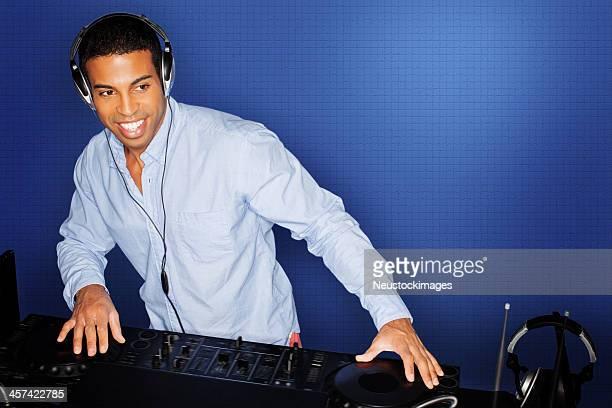 DJ の音楽をお探しのミックスでナイトクラブ