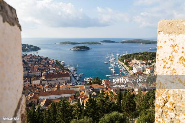 looking between the battlement of hvar fortress - westeuropa stock-fotos und bilder