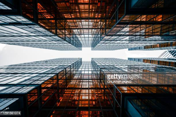 金融街のスカイラインを直接見上げる - 商業不動産 ストックフォトと画像