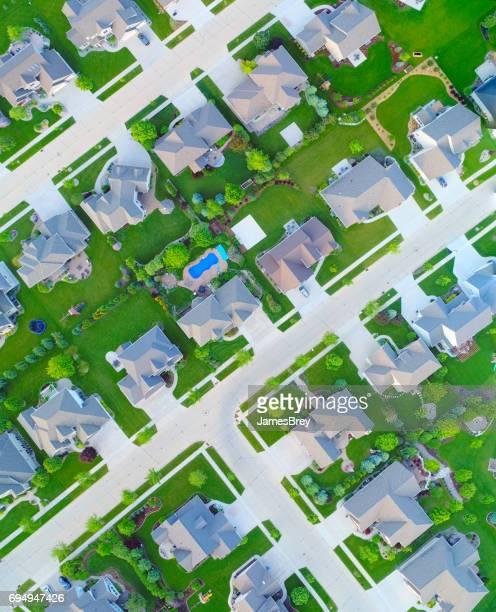 Mirando hacia abajo en hermosos barrios en primavera