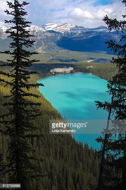 looking down on lake louise - chateau lake louise ストックフォトと画像