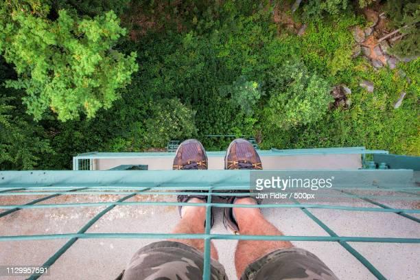 looking down - omlaag kijken stockfoto's en -beelden