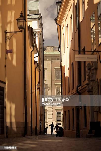 looking down svartmangatan, with stockholm stock exchange building in the background. - merten snijders stockfoto's en -beelden