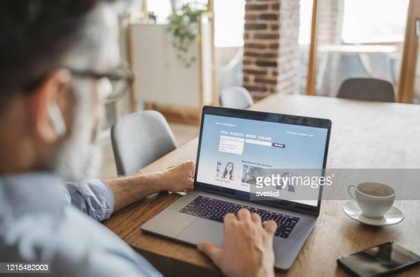 オンラインで仕事を探しています - 職探し ストックフォトと画像