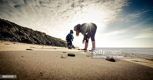 looking for the isle of wight dinosaurs! - s0ulsurfing stock pictures, royalty-free photos & images